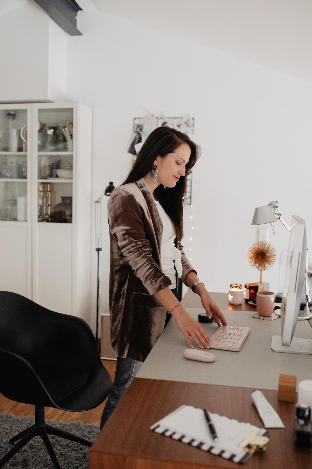 In diesem Jahr haben vermutlich so viele Leute von Zuhause gearbeitet, wie lange nicht. Grund genug, unserem Home Office ein kleines Upgrade zu verpassen, oder? Ich zeige euch heute mein Home Office im Loft.