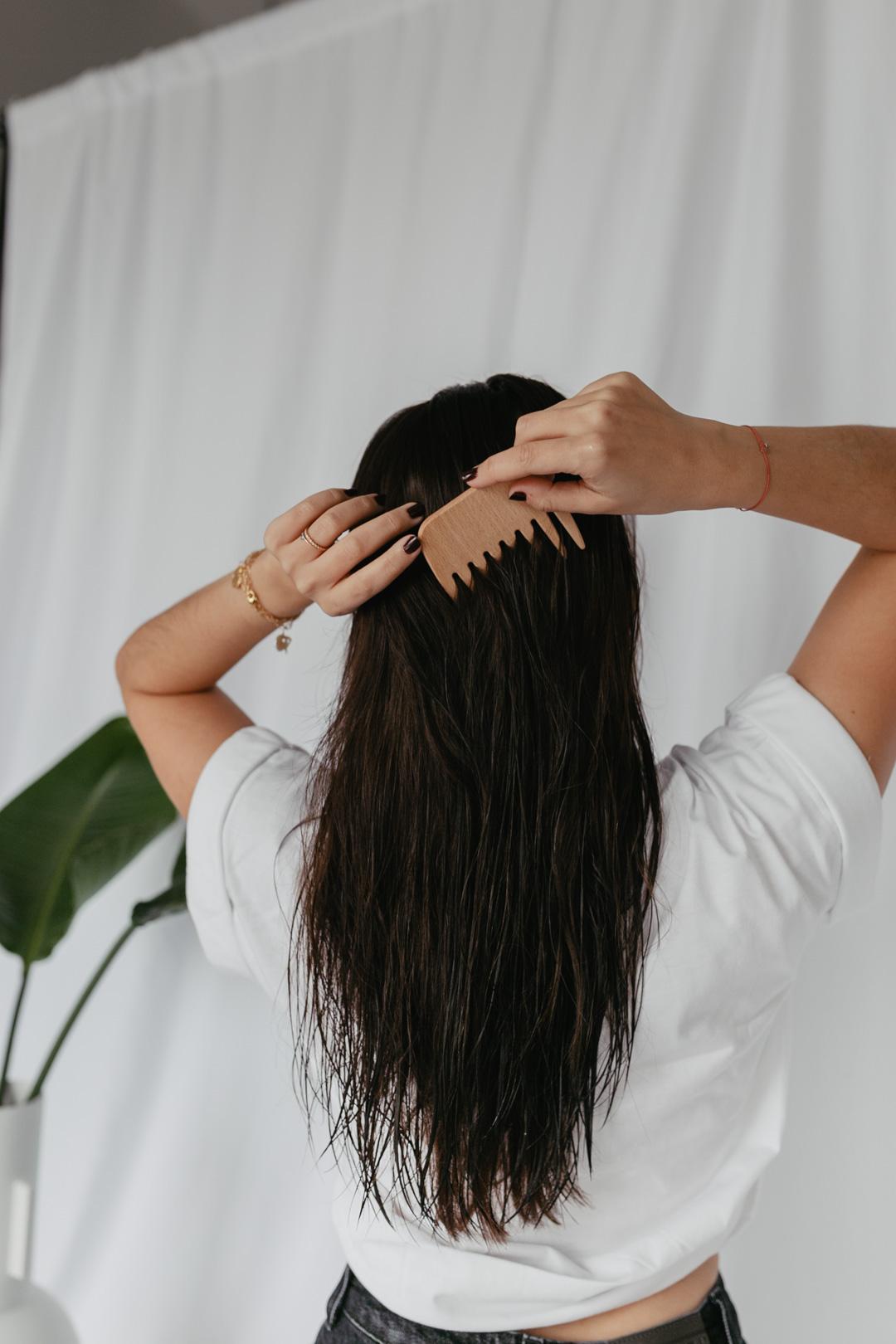 Seit einigen Jahren versuche ich weniger Plastik im Badezimmer anzuhäufen. Besonders effektiv gelingt das bei Haarprodukten, da benutze ich seit fast 2 Jahren ausschließlich festes Shampoo, Duschseifen und seit Neuestem auch festen Conditioner. Meine Erfahrungen mit den festen Seifen teile ich auf www.piecesofmariposa.com mit euch.