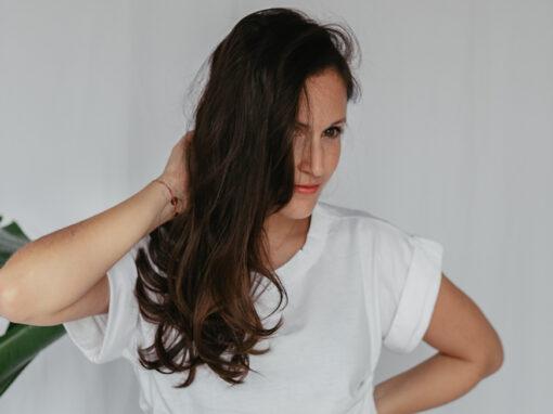 Seit einigen Jahren versuche ich weniger Plastik im Badezimmer anzuhäufen. Besonders effektiv gelingt das bei der nachhaltigen Haarpflege, da benutze ich seit fast 2 Jahren ausschließlich festes Shampoo, Duschseifen und seit Neuestem auch festen Conditioner. Meine Erfahrungen mit den festen Seifen teile ich auf www.piecesofmariposa.com mit euch.