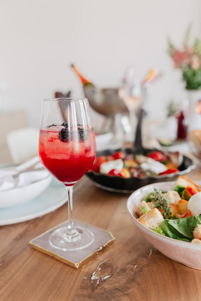 Ein Aperitif wie in Italien. Warum sich diese schöne Tradition nicht einfach nach Hause holen? Zusätzlich habe ich auch noch ein paar leckere und sommerliche Rezeptideen, wie etwa einen Brombeer-Thymian-Drink oder einen lauwarmen Tomaten-Burrata-Salat.