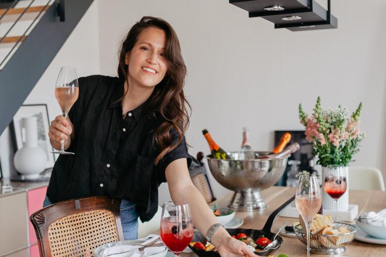 Die Aperitivo Zeit in Italien ist eindeutig die schönste Zeit des Tages! Warum also die italienische Tradition nicht auch nach Hause holen? Ich zeige euch auf meinem Blog ein paar leckere und sommerliche Rezeptideen für den perfekten Aperitivo zuhause.