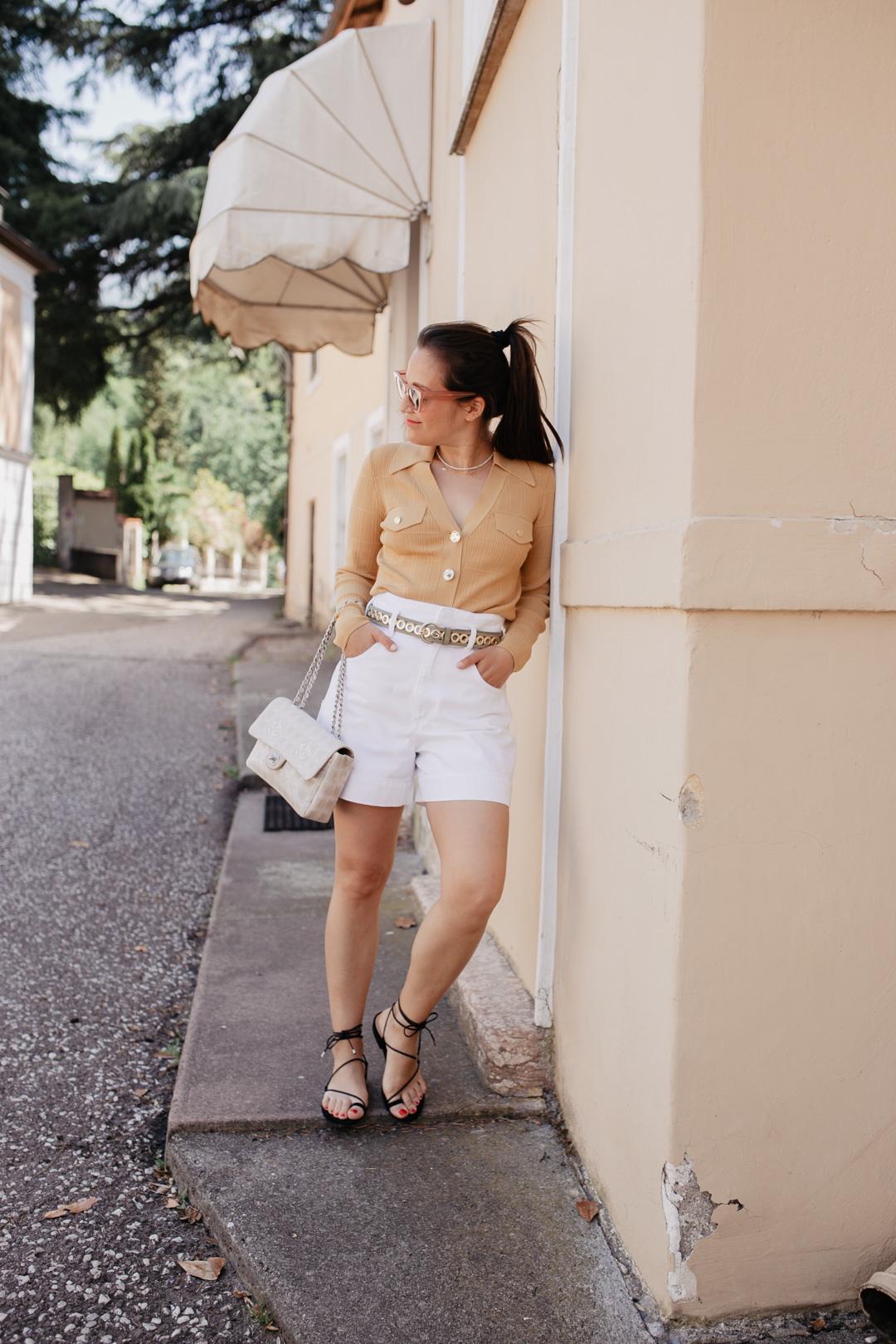 Endlich ist der Sommer da! Passend dazu habe ich für unseren Kurztrip nach Meran lauter sommerliche Teile aus dem Schrank geholt. Meine liebsten Sandalen, weiße Jeans Shorts und eine sommerliche Strickjacke und fertig ist mein Sommerlook für die Stadt. Mehr Outfitinspo findet ihr auf meinem Blog Pieces of Mariposa.