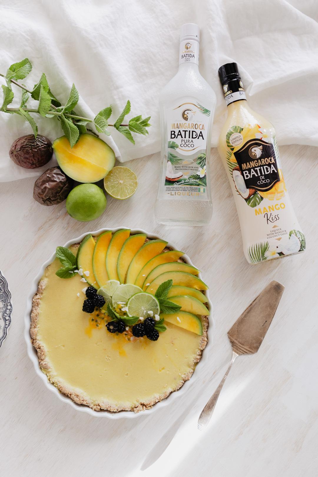 Was gibt es Erfrischenderes im Sommer, als ein Kuchen frisch aus dem Kühlschrank? In diesem Fall handelt es sich um einen No Bake Kuchen, der tropische Träume wahr werden lässt. Super einfach zu machen und tropisch lecker! Das Rezept gibt´s auf www.piecesofmariposa.com