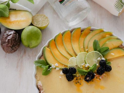 Was gibt es Erfrischenderes im Sommer, als ein Kuchen frisch aus dem Kühlschrank? In diesem Fall handelt es sich um einen Mango Kokos Raw Cake, der tropische Träume wahr werden lässt. Super einfach zu machen und tropisch lecker! Das Rezept gibt´s auf www.piecesofmariposa.com