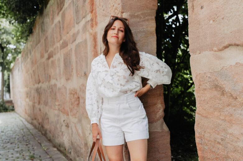 Das wohl unkomplizierteste Sommer Outfit? Ein All White Look! Mit verschiedenen Materialien und dezenten weißen Mustern entsteht schnell ein unkomplizierter und dennoch chicer Look. Mehr Sommeroutfits findet ihr auf meinem Blog auf www.piecesofmariposa.com.